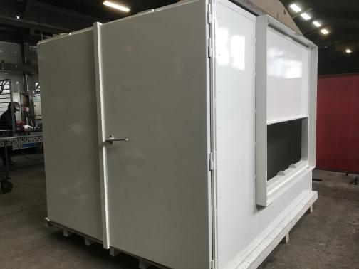 Cabine de radioprotection - 2,5 m x 2,5 m monobloc; 10 mm de plomb, porte double.
