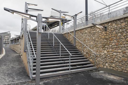 Denfert Rochereau : Escalier métallique marches béton, mats éclairage et accessoire, gardes corps